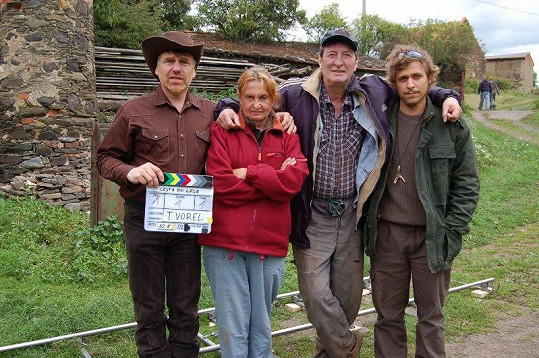 Režisér Tomáš Vorel s Evou Holubovou, Bolkem Polívkou a svým synem Tomášem.