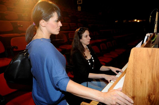 Marta Jandová cvičila u klavíru.