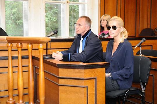 Dara čelí obvinění z usmrcení motocyklisty a čeká ji soud o dceru.