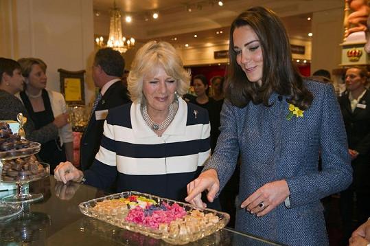 Kate a Camilla se zastavily u sladkostí.