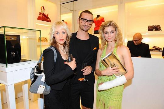 Ivana Jirešová a Jana Fabiánová se svým kadeřníkem Michalem Zapomělem na párty Dioru.