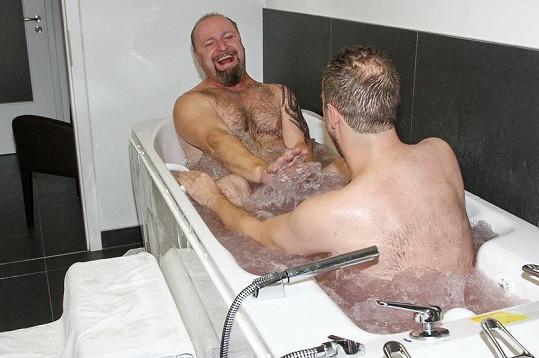 Pánové ve vodní masáži blbnuli jak malí kluci.