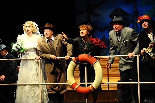 Nestárnoucí Kretschmerová na scéně divadla Kalich.
