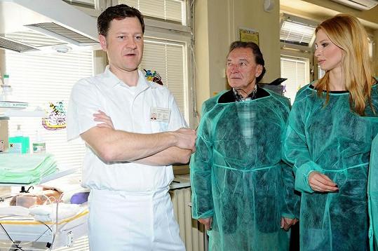 Karel s Ivanou na novorozeneckém oddělení.