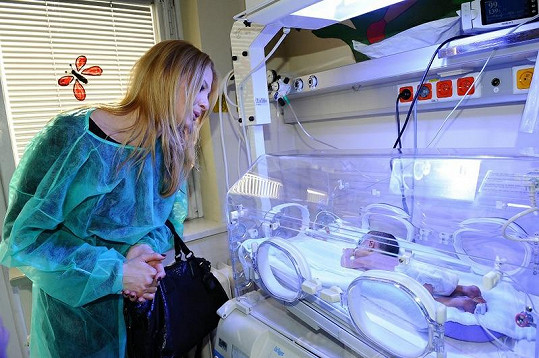 Ivana Gottová u inkubátoru.