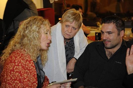 Světlana Nálepková v rozhovoru s Obermaierovou a svým přítelem.