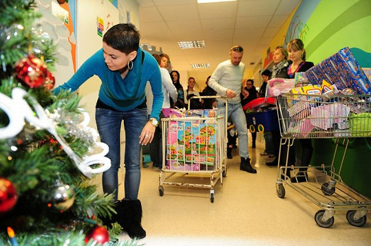 Vlaďka a Tomáš během Vánoc nemysleli jen na sebe. Nemocným dětem v nemocnici v Olomouci přivezli hromadu dárků.