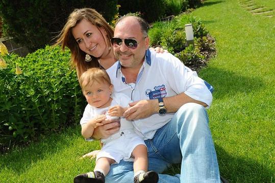 Michal David s rodinkou v Křeslicích, kde má i studio.