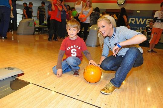 Katka Kristelová učila hrát děti bowling.