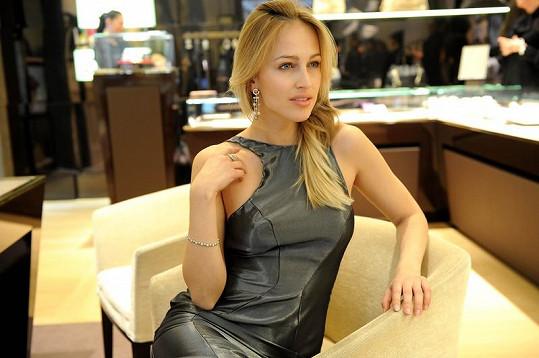 Zkouška šatů a šperků Bulgari přímo v butiku.