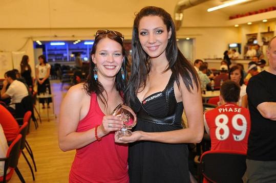 Kristýna Leichtová s Olgou Lounovou na pokerovém turnaji