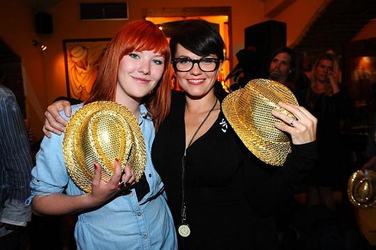 Marta a Debbi vyfasovaly kloboučky.