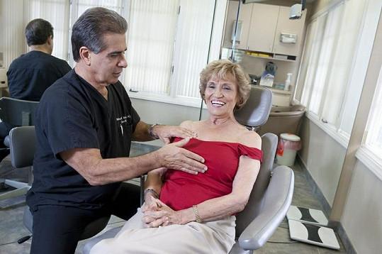 Marie Kolstad s plastickým chirurgem, který jí v 83 letech splnil sen o větším poprsí.