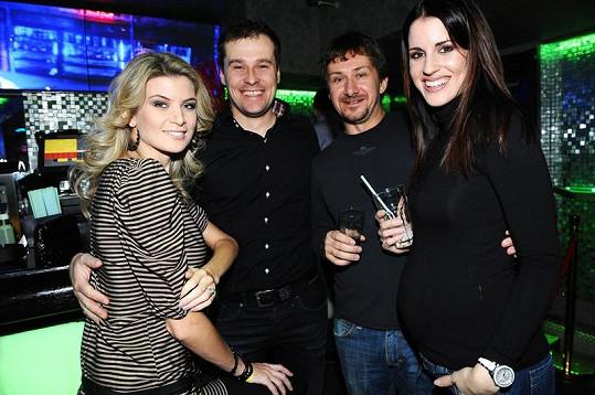 Lucie Váchová Křížková s manželem Davidem Křížkem a Ivetou Lutovskou s manželem Jaroslavem na párty.