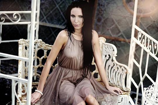 Veronika Nová v mokrých šatech ukázala ňadra i klín.