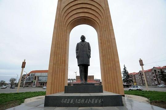 Tuto monumentální sochu postavili Charlesu Aznavourovi už za života v arménském Gjumri.