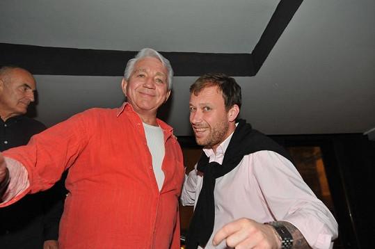Jiří Krampol s DJ Lucasem na otevření nového baru.
