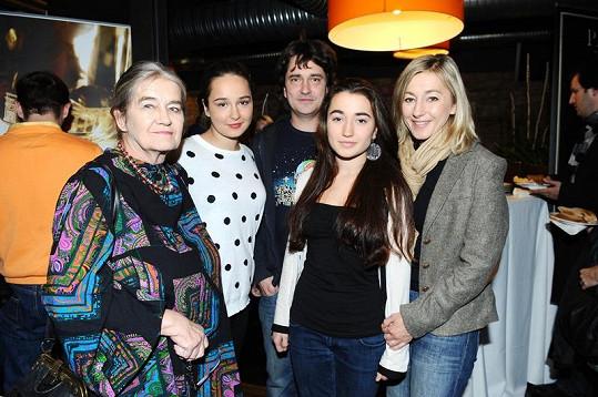 Saša Rašilov s Vandou Hybnerovou, tchyní a dcerami.