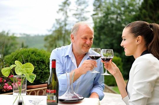 Kubelková s partnerem při degustaci vína.
