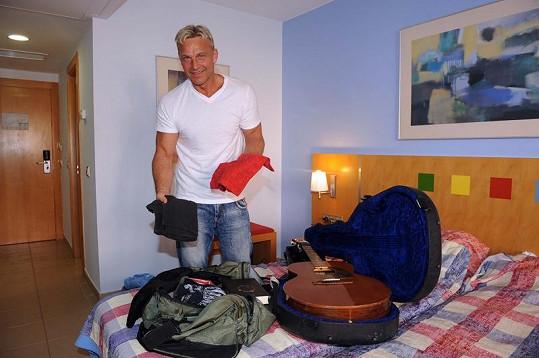 Martin skládal zpátky do tašky čistá trička.