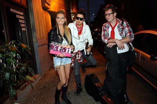 Martina Gavriely s přítelem Marcusem Tranem a Davem z kapely Embassy.