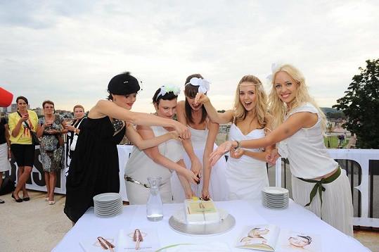 Mátlová se slavnými kolegyněmi krájí svatební dort.