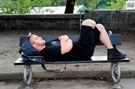 Lukáš Adamec při čekání na přítelkyni na pražském Žofíně.