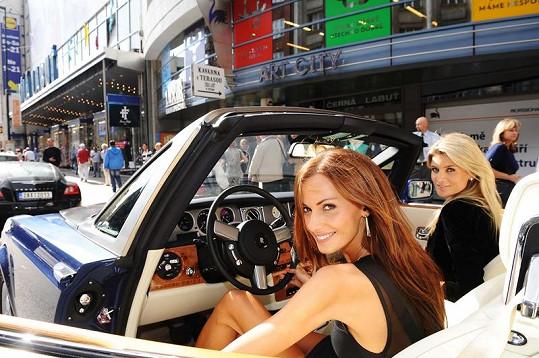 Iveta Lutovská s Eliškou Bučkovou si užily jízdu v Rolls-Royce.