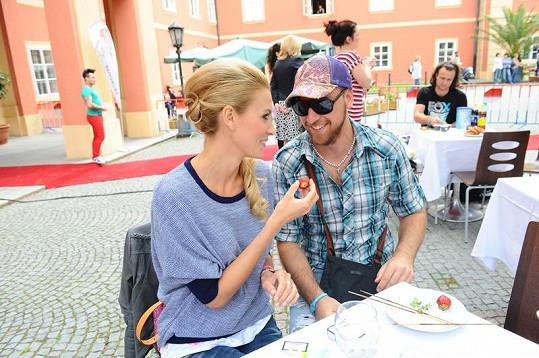Katka Průšová s přítelem se krmili jahodami.