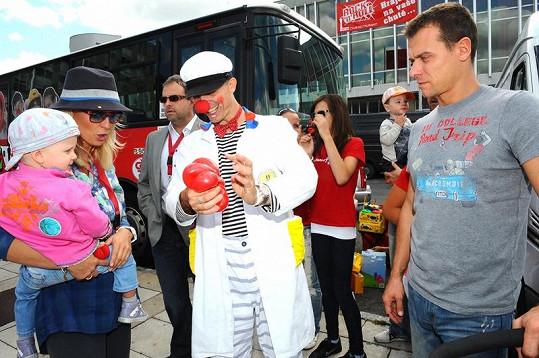 Zuzce a Salmě klaun kouzlil zvířátka z nafukovacích balonků. Táta Vlasta Hájek nedůvěřivě přihlížel.