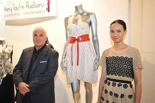 Mitch Winehouse a návrhářka Disaya u šatů Amy Winehouse.