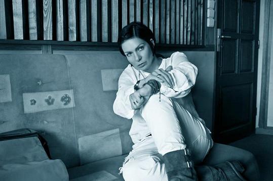 Anna K. má část klipu černobílou.