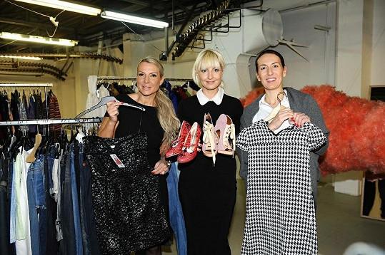 Bára s majitelkou Gallery Art Factory Olgou Dvořákovou a kamarádkou Udženijí, které jí pomáhají.