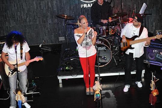 Markéta Konvičková při vystoupení v pražském Hard Rock Café