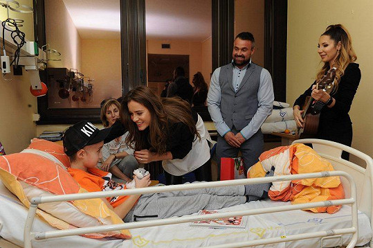 Olga se Zuzkou navštívily téměř třicet hospitalizovaných dětí a předaly jim dárky.