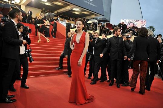 Kristen na červeném koberci.