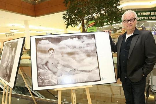 Robert Vano s fotografií ze svého kalendáře Neodhalení.