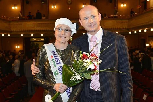 Vítězka Lenka Nováková s pořadatelem Davidem Novotným.