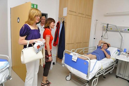 Štěpánka Duchková s Michaelou Dolinovou na návštěvě pacientů nestačily zírat.