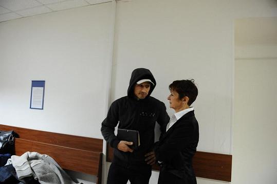 Matěj Homola se svou advokátkou.