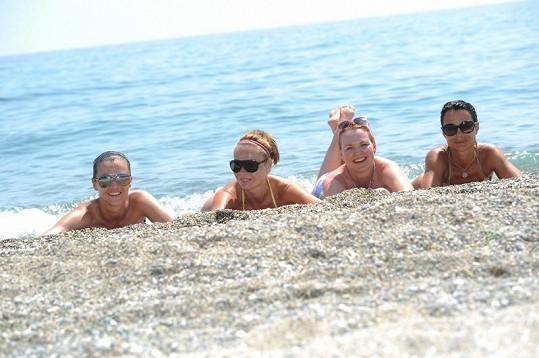 Pavla Vitázková, Iva Kubelková, Kamila Špráchalová a Vendula Křížová na řecké pláži.