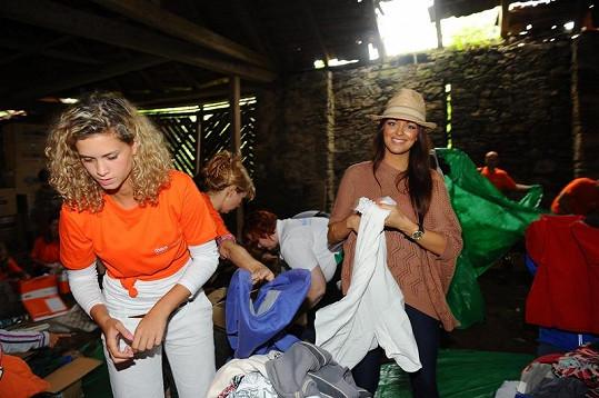 V tmavé stodole pomáhala balit mikiny i Jitka Válková.