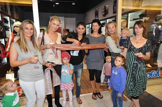 Klára Trojanová s Monikou Marešovou, Michaelou Badinkovou, Vlaďkou Erbovou a Romanou Jákl Vítovou slavnostně otevřely nový dětský obchod.