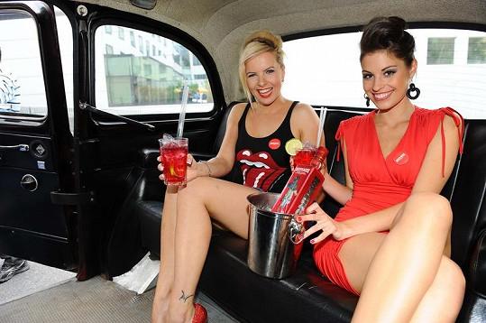 Tereza a Kačka si dopřály drink i v londýnském taxíku.