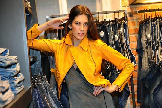 Aneta nakupuje v Pařížské rozhodně na vrub svého účtu.