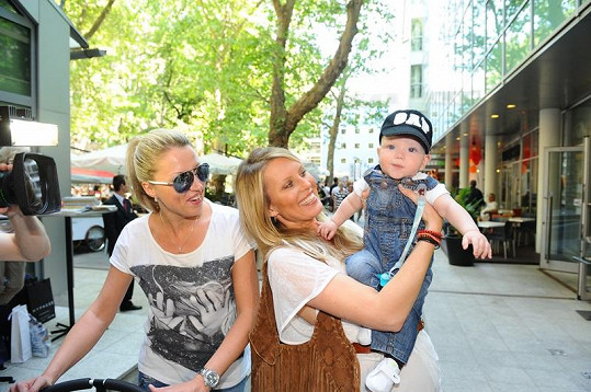 Simona se sestrou a synem