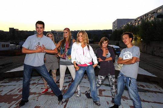 Lucie Vondráčková s tanečníky na natáčení videoklipu.