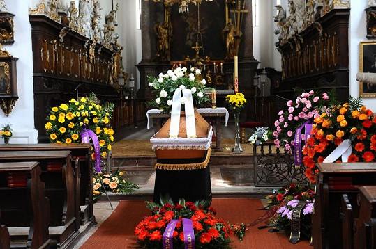 Katafalk ve farním kostele svatého Jakuba.