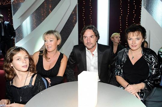 Schneiderová nebyla jedinou celebritou v hledišti. Opodál seděli i hosté Terezy Kostkové Bára Munzarová a Martin Trnavský.