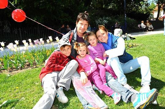 Hanka Kynychová s rodinou.
